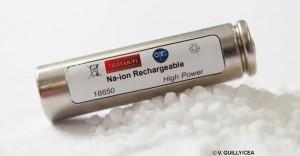 Batterie sodium-ion (Na-ion) au format industriel standard « 18650 », posée sur un tas de sel (NaCl). Il s'agit de la première batterie au sodium mise au point dans ce format. Dans ce type de batterie, les ions sodium transitent d'une électrode à l'autre au fil des cycles de charge et de décharge. Elle représente une alternative aux batteries lithium-ion actuellement utilisées dans les ordinateurs portables ou encore les voitures électriques. Elle présente l'avantage d'utiliser un élément 1 000 fois plus abondant et aussi moins coûteux que le lithium : le sodium. Ses performances en densité d'énergie sont comparables à celles des premières batteries lithium-ion avec une marge de progression importante.  20150016_0006